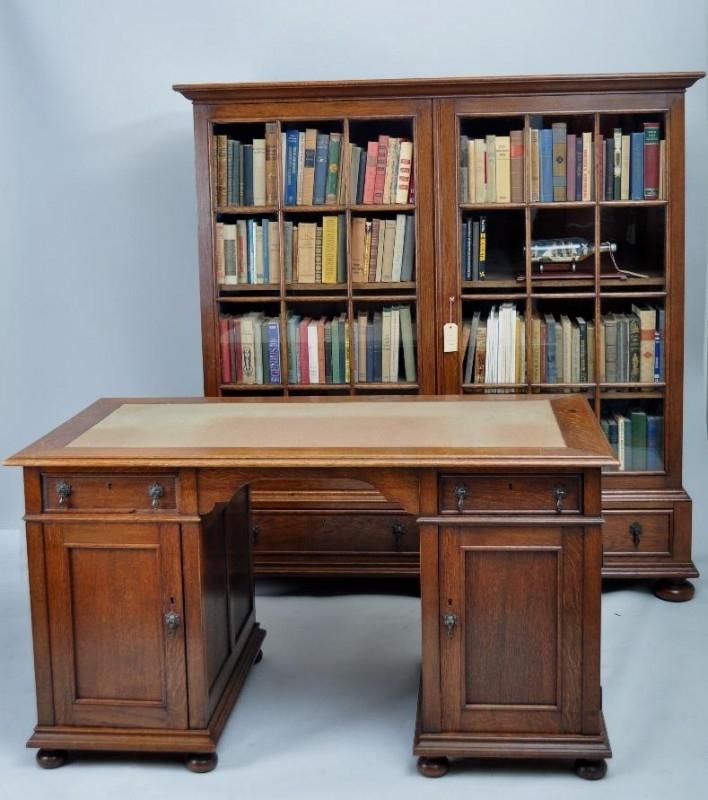 Antieke Bureau Boekenkast.Antieke Bureaus Uit Een Herenkamer Bureau Boekenkast
