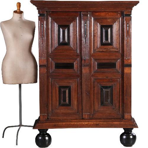 Antieke kasten / Kleine 17e eeuwse 2-deurskast in fantastisch gepoetst eikenhout (No.632712)
