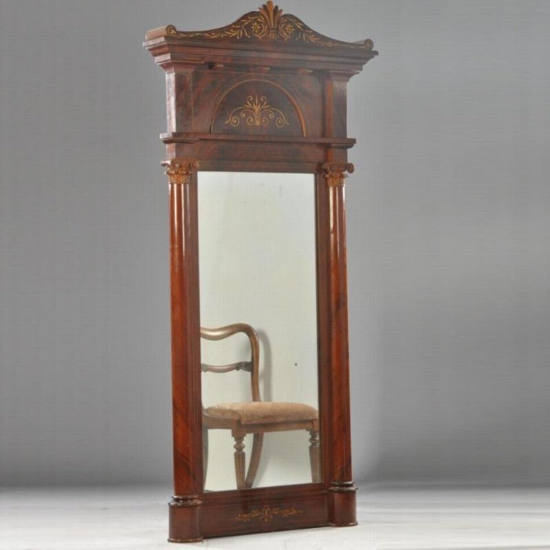 Antieke spiegels / Kapitale en monumentale mahonie Louis-Philippe schouwspiegel Frankrijk ca 1825 (No.602032)