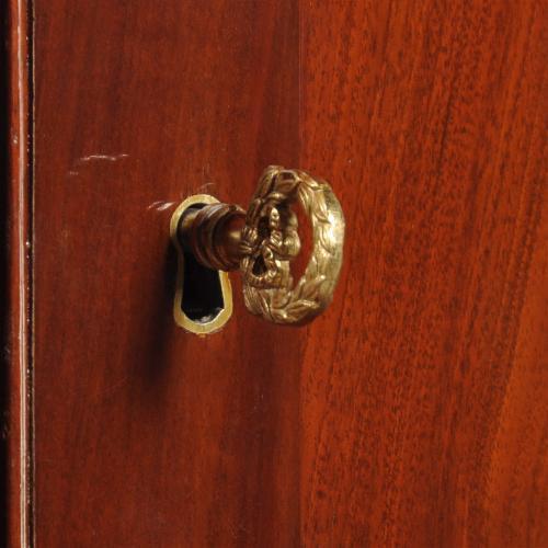 Zelf het sleuteltje is helemaal leuk van deze antieke kast