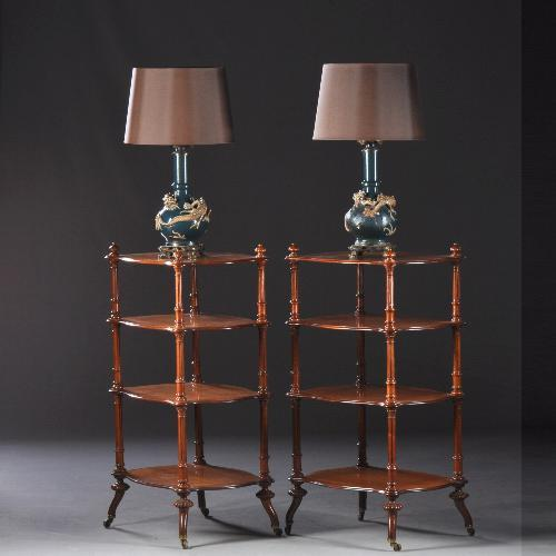 2 antieke dezelfde lampentafel met 2 antieke dezelfde  lampen