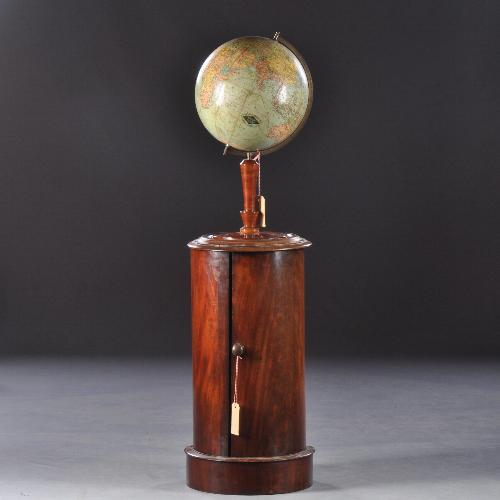 antieke kastje met globe