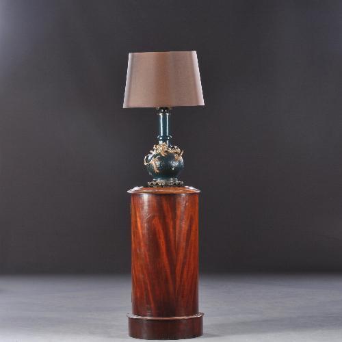 Antiek kastje met antieke lamp