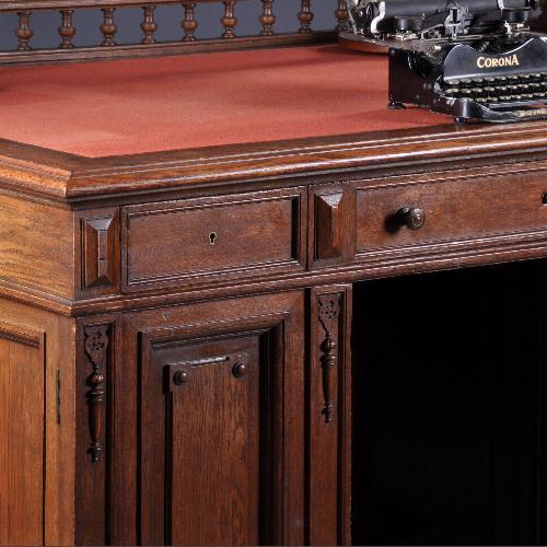 antiek bureau voor lange benen