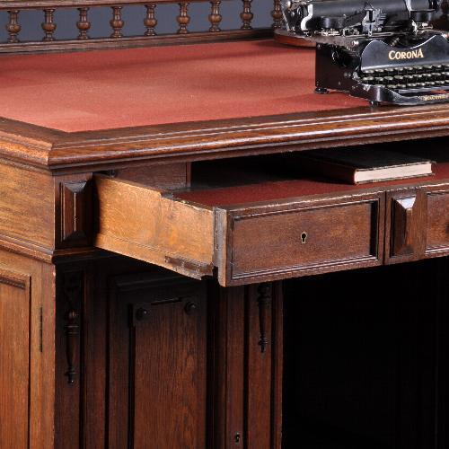 Antiek bureau met dubbel werkblad