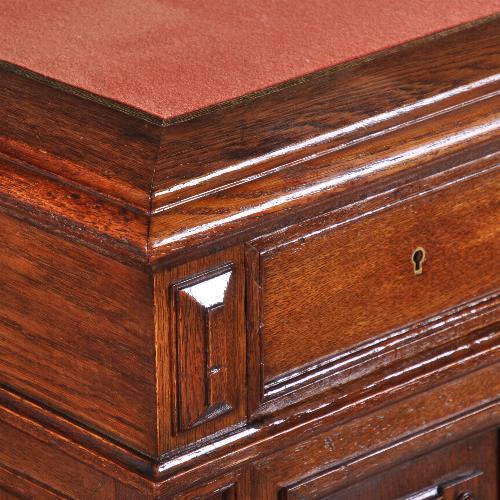 antiek bureau met rood laken