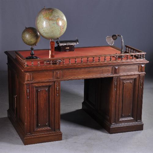Antiek bureau met mooie achterzijde