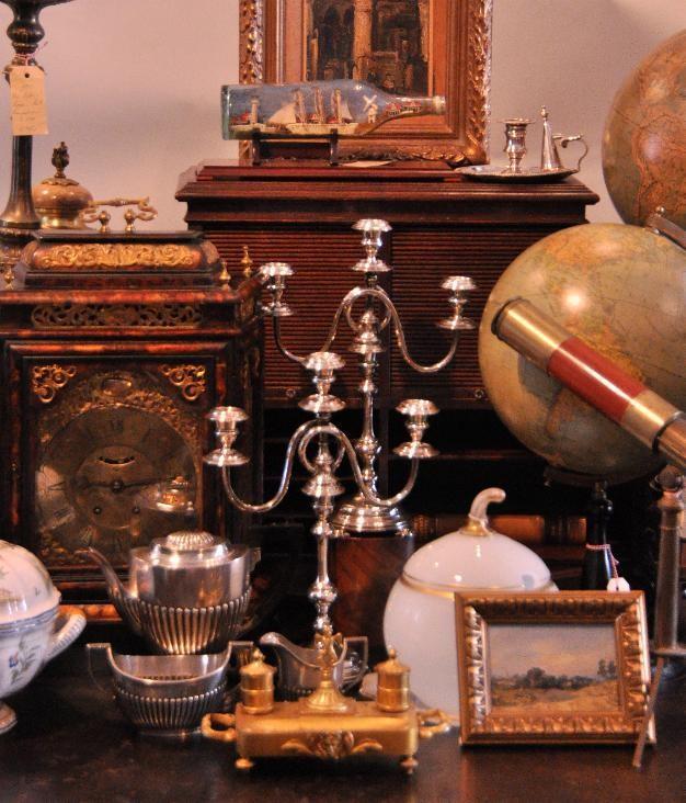 Antiek kleingoed zoals kandelaren wereldbollen schrijfkisten porcelein opmerkelijke meubelen etc.