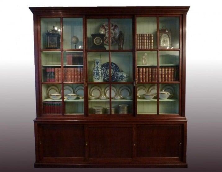 hoge antieke boekenkast