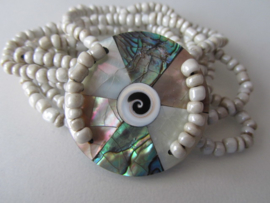 ARM-009 Witte Armband met Rond parelmoer