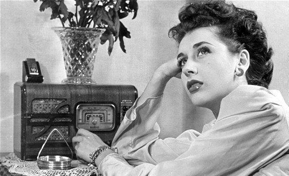 female-radio-listener-vintage-radio-01.jpg