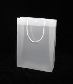 Luxe kunststof draagtas met katoenen koorden/druksluiting formaat 20x8x25cm, FROSTED WHITE, verpakt per 250 stuks.