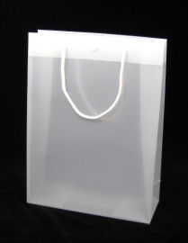 Luxe kunststof draagtas met katoenen koorden/druksluiting formaat 26x10x35cm, FROSTED WHITE, verpakt per 175 stuks.