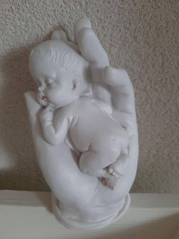 BABY IN HAND ONGEVEER 13 CM HOOG X 6 CM BREED OP =OP