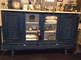 Grote kast in de kleur Aubusson Blue en Old white