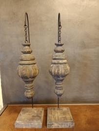 Stoer hangend ornament / pinakel op voet maat L