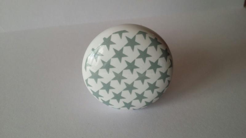 wit kast- of deurknopje met grijze sterren.