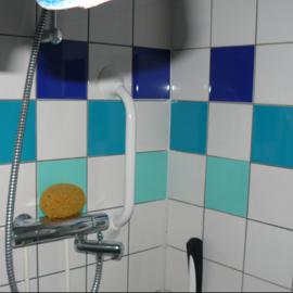 Tegelstickers in badkamer
