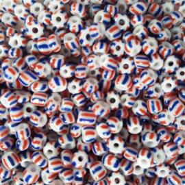 10 gram Rocailles 4mm wit met een blauw en rood streepje