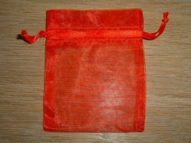 Mooie rode organza zakjes 9 x 7,5 cm.
