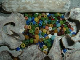 15 gram mooie gerecyklede gekleurde kleine glaskraaltjes