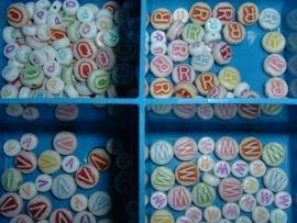 Mooie grote ronde gekleurde letterkralen