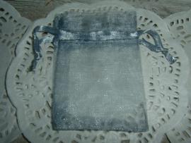 Kleine grijze organza zakjes 7 x 5 cm.
