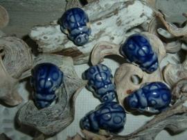 Mooie blauwe kralen in de vorm van een lieve heersbeestje