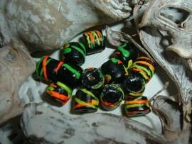 Mooie zwarte kralen met gekleurde versiering