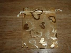Mooie goudkleurige organza zakjes met grote hartjes 10 x 7,5 cm.