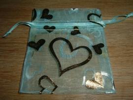 Mooie mintgroene organza zakjes met goud opdruk 9 x 7,5 cm.