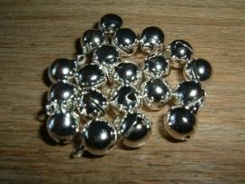 20 Stuks mooie zilverplated belletjes van 8 x 10 mm.