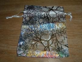 Mooi luxe witte organza zakjes met metallic kleuren