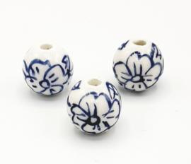 Mooie ronde Delfsblauwe kralen met bloem 12 mm. T2