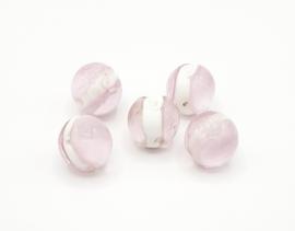 Mooie grote ronde bewerkte glaskralen in roze met wit 18 mm.