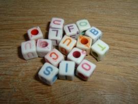 Mooie gekleurde letterkralen in de vorm van een blokje