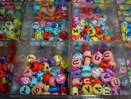 Mooie ronde gekleurde letterkralen