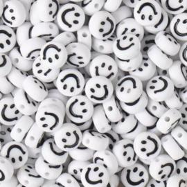 Witte ronde letterkralen met een zwarte smiley 7 mm.