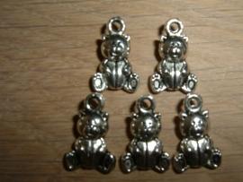 Leuke antiek zilverkleurige bedeltjes van een beertje