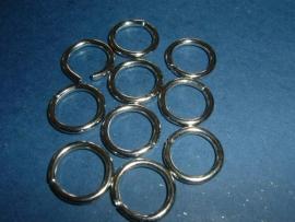 Grote zware zilverkleurige open ringen van 15 mm.