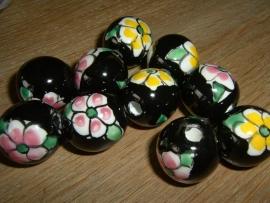 Mooie grote zwarte kralen met bloem 20 mm.
