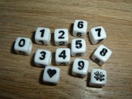 Mooie witte cijferkralen met zwarte cijfers in de vorm van een blokje