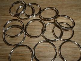 Mooie zilverkleurige sleutelringen van 24 mm.