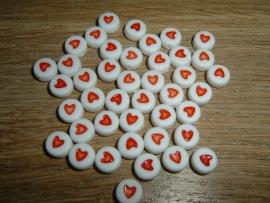 Mooie witte ronde kralen met rode hartjes