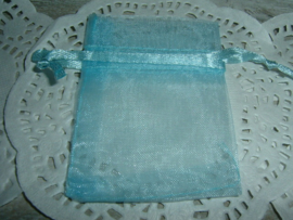 Lichtblauwe organza zakjes 7 x 5 cm.