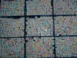 Mooie witte letterblokjes met vrolijke gekleurde letters