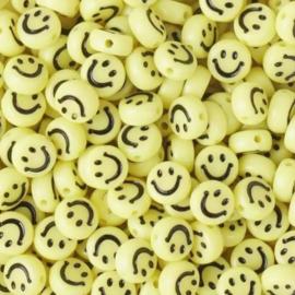 Gele ronde letterkralen met een zwarte smiley 7 mm.