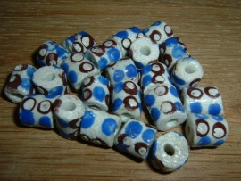Mooie witte glaskralen met een blauw en bruin stippen patroon