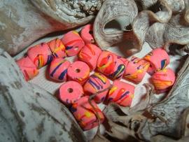 Mooie fel roze kralen met gekleurde versiering