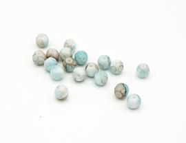 50 Stuks mooie gemêleerde lichtblauw/beige glaskralen 6 mm.